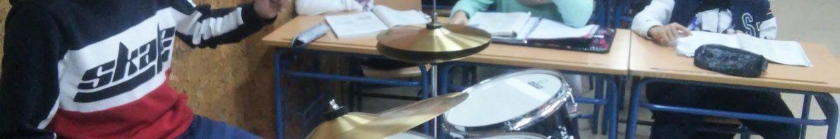 Un alumno de ESO practica con el nuevo instrumento.