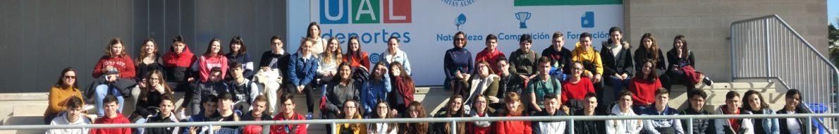 Foto grupal en instalaciones deportivas